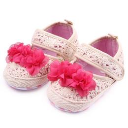 La conception de chaussures de couleur à vendre-Nouveau chaussures de marche pour les filles pour les filles Crochet Design Big Red Flower Beige Couleur Soft chaussures anti-dérapant Sole 0-12 mois