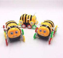 Descuento juguete educativo de abeja Cartoon eléctrico coche de juguete Little bee skip Automáticamente convertir niños eléctrico extraño nuevo juguete Niños educativos de dibujos animados de juguete eléctrico