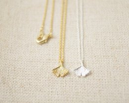 Wholesale Fashion exquisite three colors to choose from ginkgo biloba leaves pendant zinc alloy necklace with women