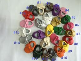 Descuento hombres zapatos nuevos estilos 50pairs La nueva llegada 17 colorea los Moccasins de los niños de la alta calidad El hombre al por mayor hizo el envío libre suave del zapato del bebé del cuero de la PU El estilo de Europa Bowknot