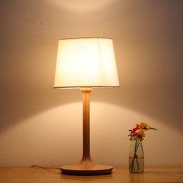 Mesa moderna habitación lámparas en Línea-Lámpara de mesa de moda nórdica Arte de tela Lámpara de cabecera de madera Contemporáneo Lino de ropa contratada Dormitorio de arte Dormitorio Lámparas de luz