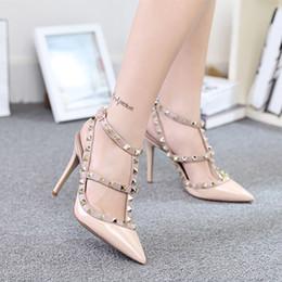 Las mujeres atractivas de oro en Línea-2016 mujeres atractivas de la manera punteó los zapatos de los estiletes del remache del dedo del pie sandalias de los cequis de las bombas de los zapatos de los altos talones señora