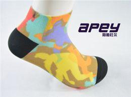 Pantuflas transpirables para hombre en Línea-APEY Man calcetines transpirables color deslizador para los hombres baloncesto deportes calcetines calcetín mens tobillo compresión calcetines zapatillas