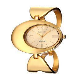 2017 mujer del estilo de reloj resistente al agua WEIQIN Mujer Marca Reloj Impermeable De Estilo De Roma De Oro De Tonos De Oro Ahueca A Los Brazalete De Brazalete Relojes De Moda Vestido De Damas De Reloj mujer del estilo de reloj resistente al agua promoción