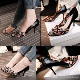Zapatos de damas de honor negro baratos en Línea-2016 Summer Street Style flor impresa altos zapatos de boda hechos a mano Tacones Tacones de damas de honor baratos Primavera Negra Novias Calzado pies en punta