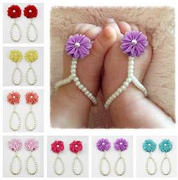 Descuento sandalias de perlas flores El pie caliente del niño del bebé del vendedor acarrea el primer caminante de las sandalias descalzas de los zapatos de los zapatos de las perlas de la resina 13CM
