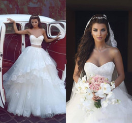 Wholesale Gorgeous White Lace Sweetheart Wedding Dresses Tiered Tulle Layers Beach Bridal Gowns With Brown Belt Backless Floor Length Wedding Gowns