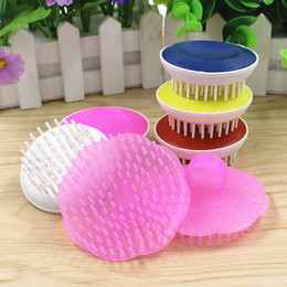 Wholesale Paul shampoo massage brush comb massage salon supplies soft round flower shaped plastic shampoo brush comb hair conditioner cleaning