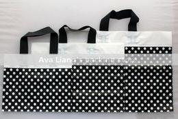 Купить Онлайн Лакокрасочные магазины-45 * 35см 40 * 30см большие пластиковые мешки с ручкой / черный с белыми точками окрашенные пластиковые мешки торговый подарок одежды Бесплатная доставка