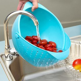 Wholesale Multifunctional movable plastic water filtering basket wash dish draining basket creative kitchen supplies water fruit basket of fruits and