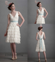 Retro Vintage Lace Short White Wedding Dresses Graceful A Line V Neck Knee Length Reception Bridal Party Gowns
