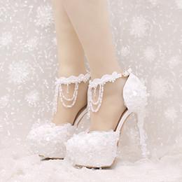 rote Spitze-Brautkleid-Schuhe Schöne bördelnde Bügel, die Schuhe ...