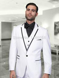 Wholesale Al por mayor nueva llegada por encargo trajes blancos pieza para los padrinos de boda del smoking del novio Traje de baile de los hombres de la boda adapta a la chaqueta pantalones chaleco Bow