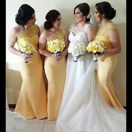 Light Yellow One Shoulder Bridesmaid Dresses Sheer Lace Bodice Button Side Cheap In Sorck Mermaid Formal Wedding Party Gowns