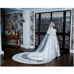 Wholesale 2016 top fashion cathedral wedding veil promotion with comb two layers beautiful lace appliques v us de noiva