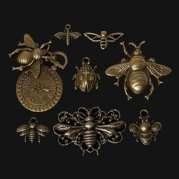 Wholesale Hot Zinc Alloy Bee Charms Pendant Antique Bronze Plated Charm Vintage Jewelry Findings Accessories Parts For DIY