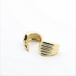 Wholesale Fashion Jewelry hot earring for women Golden Retro copper alloy Curved arc Metal plating hypoallergenic k Stud Piece