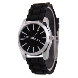 Casual Fashion Silicone Watch for Mens Women Round Dial Shaped Silione Strap Man Sport Watch Candy Color Quartz Dress Watch