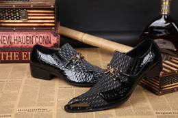 Descuento los hombres hechos a mano de los zapatos oxford zapatos hechos a mano de los hombres británicos del estilo casual zapatos zapatos planos de deslizamiento negro Oxford boda de los zapatos de cuero del negocio de la moda zapatos clavados primavera Hombres