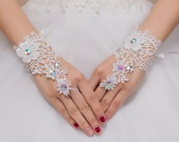 Vente en gros pas cher 2017 nouvelle mariée rhinestone mariage blanc dentelle ajourée fingerless gants pour le mariage parti formelle à partir de lacets blancs gros fabricateur