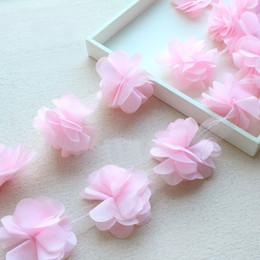 Descuento cosiendo flores 3d 100 yardas El cordón de la flor de la gasa de Rose 3D remata los accesorios de costura anchos del vestido de la venda de 6cm DIY para la ropa