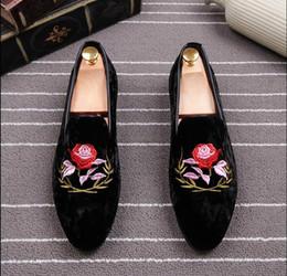Acheter en ligne Broderie chaussures plates-2017 Luxe Printemps Hommes Chaussures Suede Retro Tradition Fleurs Broderies Mocassins Chaussure Hombre Man Casual Chaussures Conduite