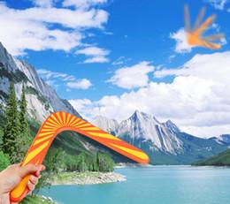 Promotion voler v Vente en gros-manœuvre en bois Dart Flying Boomerangs haute qualité classique en forme de V Frisbee saucer jouets populaire enfants jouets de plein air