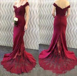 Descuento alfombra roja del hombro fuera Burgundy baratos vestidos de fiesta de la sirena 2017 fuera del hombro encaje satinado cubiertos botones largos vestidos de noche sin espalda vestidos de fiesta de la alfombra roja