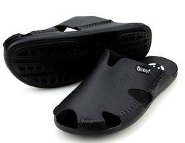 Pantuflas transpirables para hombre en venta-QYMP Zapatillas de hombres de la venta al por mayor-Moda Zapatillas de cuero genuinas del Mens 2017 Zapatos de playa de los hombres transpirables del verano Zapatillas de deporte ocasionales de la manera de los deslizadores