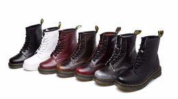 2017 hombres zapatos nuevos estilos El estilo del cuero genuino del Dr. 100% del estilo de Nueva Inglaterra Martin abotona los zapatos de Martin MenWomen pone en cortocircuito la botas de la motocicleta del diseñador de los cargadores clasifica 35-44 hombres zapatos nuevos estilos promoción
