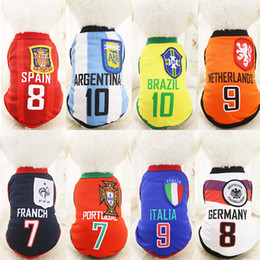 2016 футбол одежда Горячая продажа Одежда для собак Футбольная команда Pet жилет футболки для маленьких собак футбол одежды весенне-летнего стиля скидка футбол одежда
