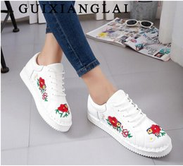 Acheter en ligne Embroidery flat shoes-Fashion Brogue baskets de broderie Femme Mocassins Candy Couleurs Flats Femmes Oxfords Creepers Flat Casual Shoes Femmes Chaussures de marche