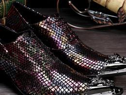 Promotion bar business Hommes de luxe de conception en relief en cuir chaussures décontractées hommes de la mode pointue carrière carrière chaussures habillées d'affaires chaussures bar club