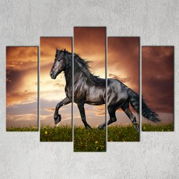 2017 окрашенная лошадь 5 шт Большой HD Black Horse Onthe травы Холст печати Картина для гостиной Современные украшения стены искусства Картина подарка Оптовая