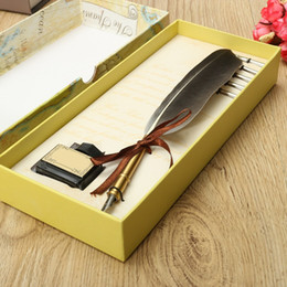 Grossiste-Excellent Antique Quill plume Dip Pen écriture encre Set Papeterie Gift Box avec 5 Nib Cadeau de mariage Quill Stylo Stylo plume à partir de wedding feather pens wholesale fabricateur
