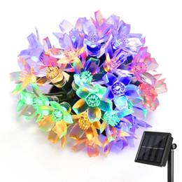 Купить Онлайн Цветковые деревья-Солнечные приведенные в действие светодиодные Фея огни строки 50 светодиодов моделирования цветок 23 фута строки для сада Патио Chirstmas украшения деревьев