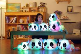 Promotion oreillers panda en peluche Grossiste-35cm 14 '' Lumineux panda jouet en peluche LED Up Plush Poupée Glow Pillow musique jouant auto couleur Rotation Illuminated Cushion