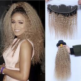 27 bouclés ombre en Ligne-Brazilian Honey Blonde Hair Weave 3 Bundles avec dentelle Frontal Closure 1B / 27 Dark Root Ombre Kinky Curly Virgin Hair Extensions With Frontals