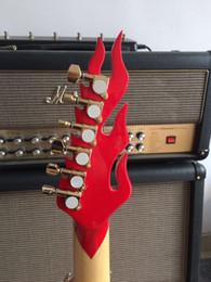 Nueva guitarra eléctrica de la llama, cuerpo y cabeza rojos, utilizan la guitarra de la fuente de luz del LED, accesorios de oro, venta al por mayor desde guitarras llama roja fabricantes