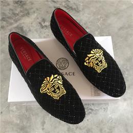 La conception de chaussures de couleur en Ligne-Nouvelle chaussure en velours avec or or et métal méduse design couleur rouge Vêtements pour hommes habillement et mousses pour hommes de fête