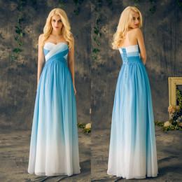 серое платье с крыльям и