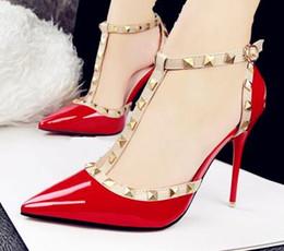 Nouveau 2016 marque sexy femmes Pompe rouge bas talons hauts femmes Pointe pointu orteil avec hauts talons minces Femmes red spiked high heels deals à partir de rouge à pointes hauts talons fournisseurs