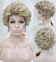 Descuento cortes de pelo rizado corto para las mujeres Hairstyles de la peluca Las mujeres dulces de la manera Capless peluca sintética rizada corta del pelo Las mujeres dulces de la manera Capless peluca sintética corta el envío libre
