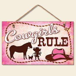 Promotion signes de cow-boy Signe de plaque de suspension en bois-Nouvelle Petite Cowgirls Règle Signe Rose Plaque Western Cowboy Hat Décor de corde de cheval