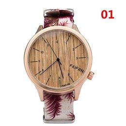 Mujer del estilo de reloj resistente al agua en Línea-Reloj impermeable de la vida para las mujeres 2017 nueva manera del reloj de cuero de los hombres Estilo de madera dial grande estilo de madera ocasional de la correa de la flor horas 7 colores