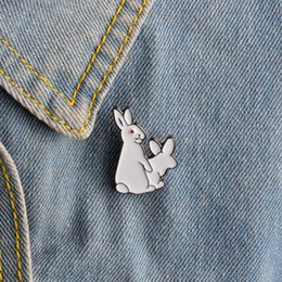 2017 parodia divertida Venta al por mayor-1pcs dibujos animados lindo 2 conejos blancos Broches Mal Broche Animal Denim Jacket Pin Badge Spoof Gift Funny Fashion Jewelry parodia divertida baratos