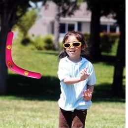 Promotion voler v Grossiste-2pcs Cool Boomerang haute qualité classique V forme Frisbee Flying Saucer jouets 40 mètres populaire jeu en plein air pour les enfants Parents