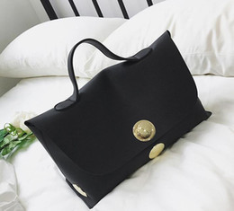 Women Europe and the United States fashion lock simple handbag, leather production, fashionable, fine workmanship, product phase perfect, be