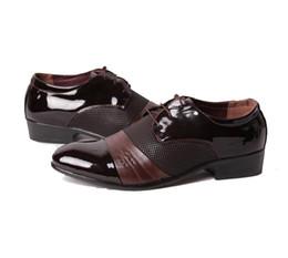 Wholesale Zapatos clásicos de los zapatos de la boda del vestido de los hombres Zapatos ocasionales de los zapatos de Oxfords del negocio de los hombres del lujo zapatos de cuero marrones de Derby