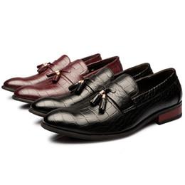 2017 los hombres hechos a mano de los zapatos oxford Hombres hechos a mano italianos señalaron el vestido del dedo del pie los lacayos únicos de la borla del cuero genuino formal con los zapatos del diseñador del arco oxford para los hombres descuento los hombres hechos a mano de los zapatos oxford